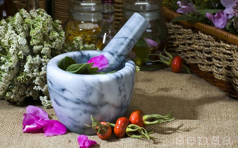 цветы и плоды в каменной ступке