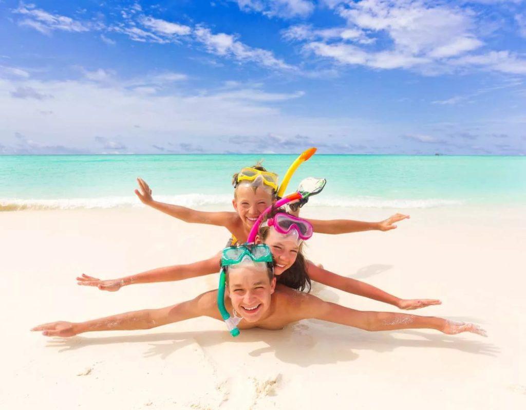 дети лежат на пляже