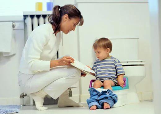 врач разговаривает с ребенком на горшке