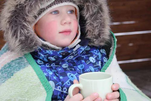 ребенок с чашкой в руках на улице