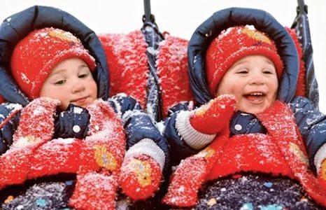 дети близнецы в снегу