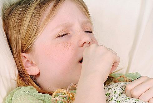 рыжая девочка кашляет