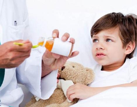 доктор наливает мальчику лекарство