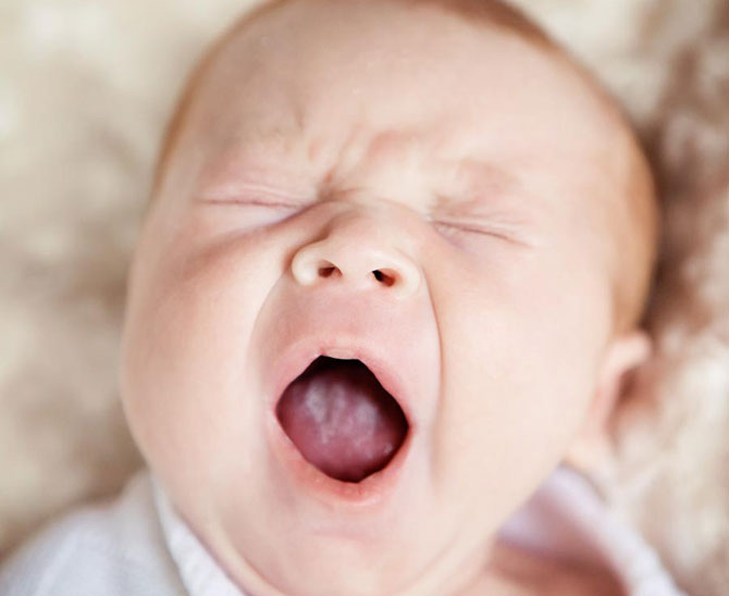 ребенок зевает