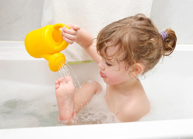 девочка купается в ванной