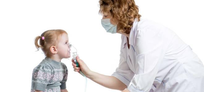 врач дает ребенку кислородную маску