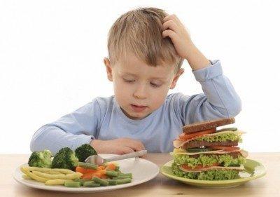 мальчик возле тарелок с едой
