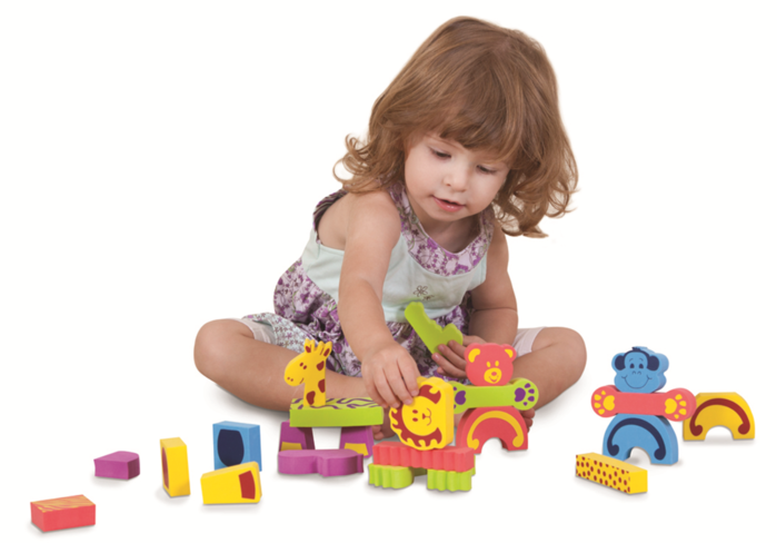 девочка играется игрушками