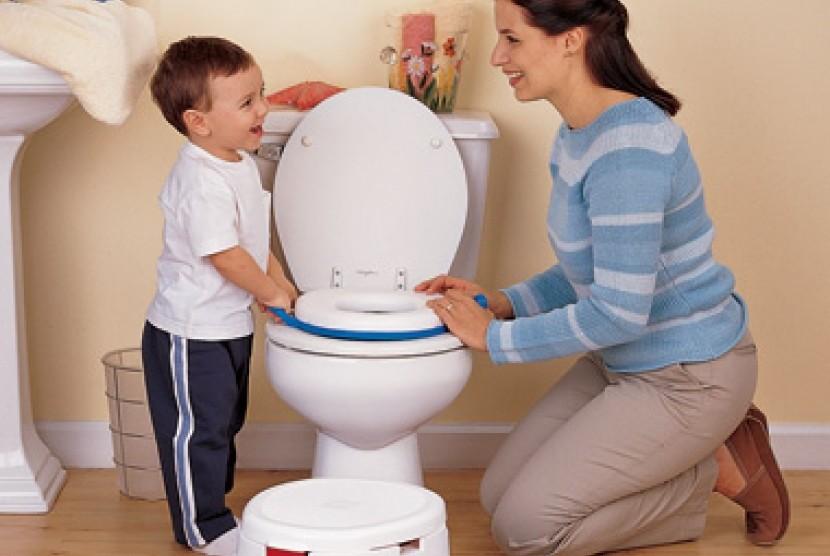 мама объясняет ребенку как пользоваться унитазом