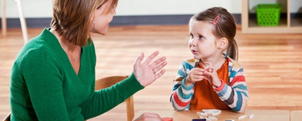 мама и ребенок разговаривают