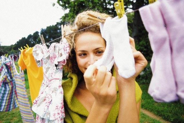 девушка держит в руках детские носочки
