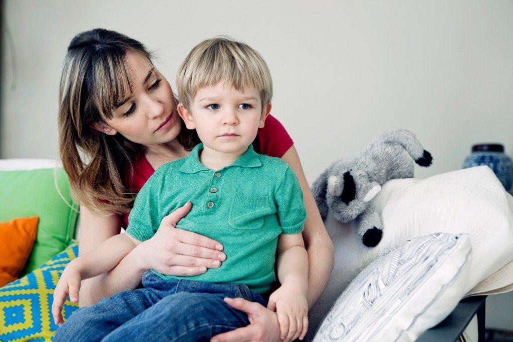 мама проверяет здоровье ребенка