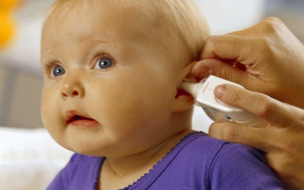 ребенку закапывают в ушко капли