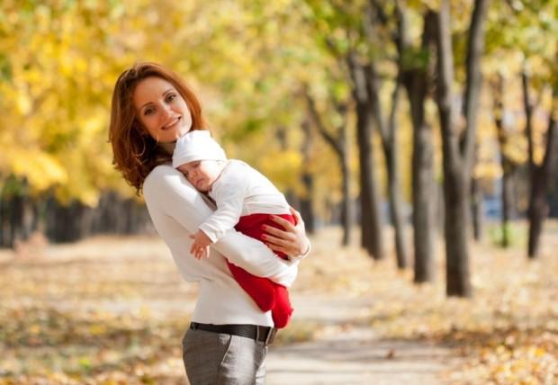 мама держит на руках ребенка