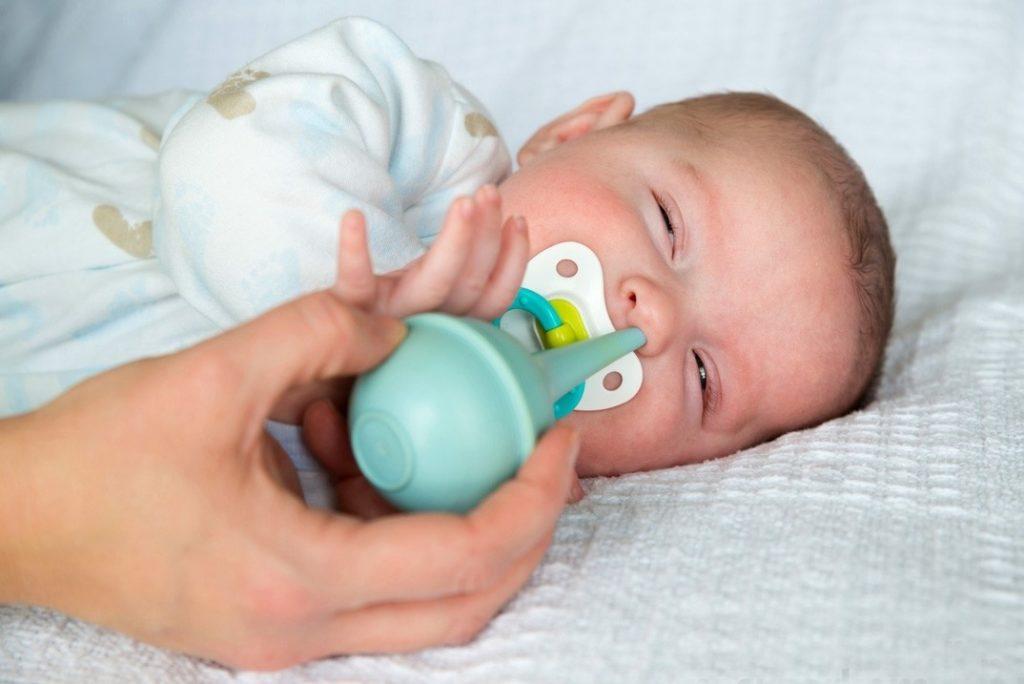 резиновой клизмой очищают нос ребенка