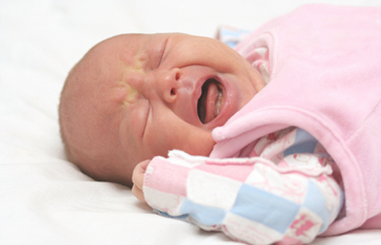 малыш плачет из-за насморка