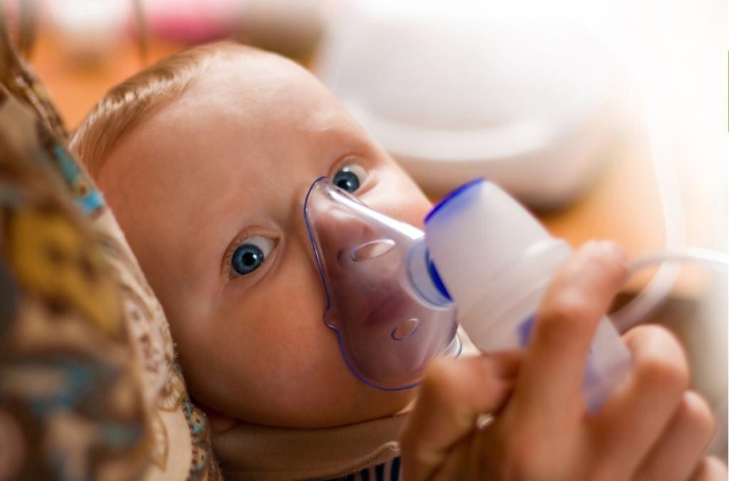 ребенок дышит через небулайзер