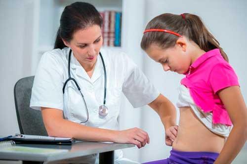 доктор исследует живот девочки