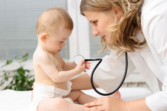 малыш держит в руках стетоскоп доктора