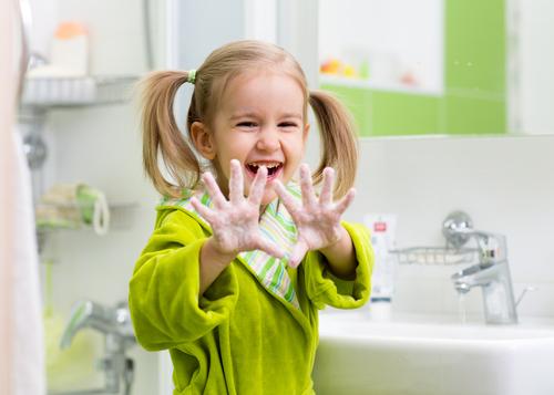 девочка показывает намыленные руки
