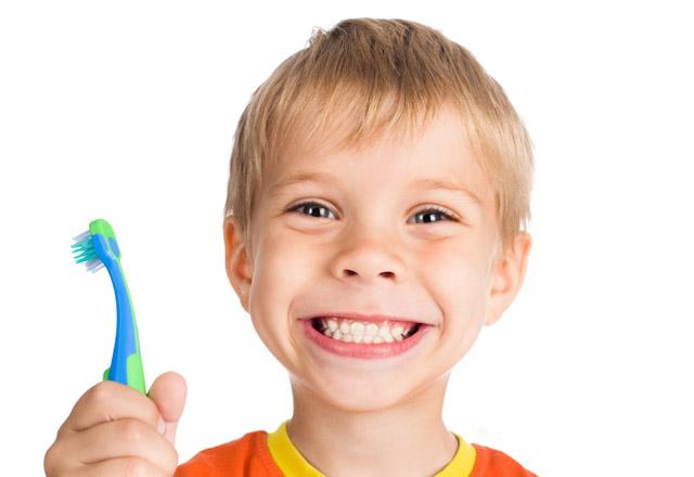 мальчик улыбается, в руках зубная щетка