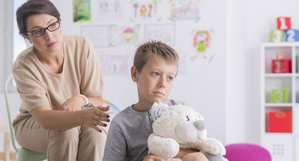 мальчик держит мишку, отвернулся от мамы