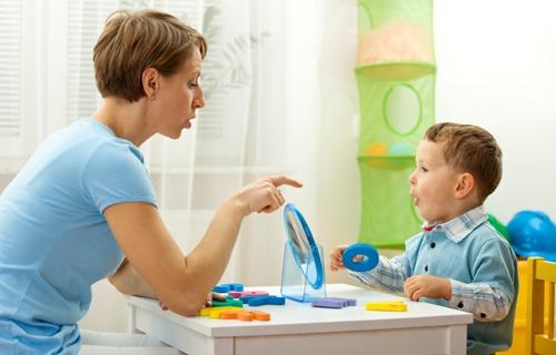 ребенок занимается с дефектологом