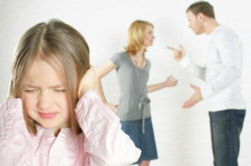 девочка закрыла уши руками, родители кричат