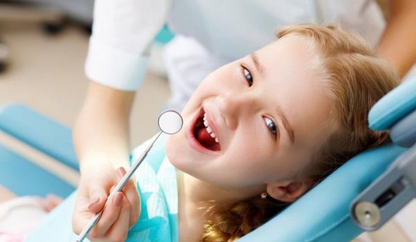 девочка в кресле у стоматолога