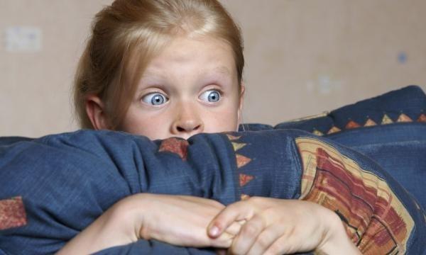 девочка схватила подушку и прижала ее к себе