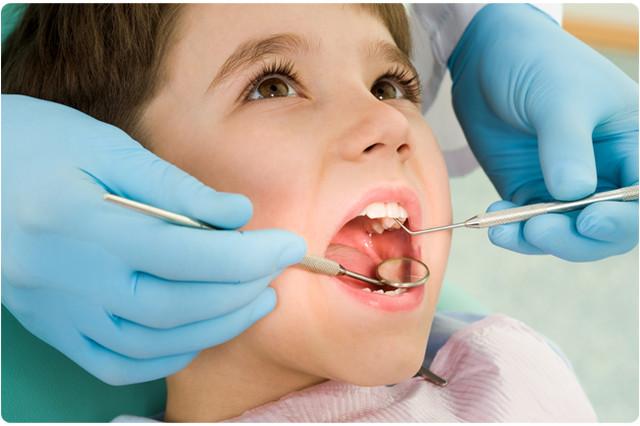 у ребенка смотрят зубы с помощью зеркала