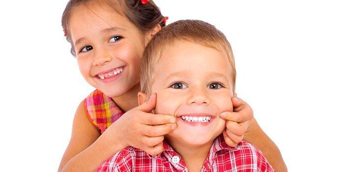 мальчик и девочка улыбаются