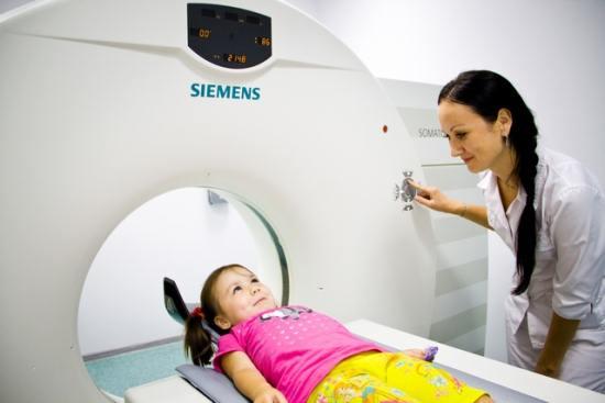 девочке делают томографию