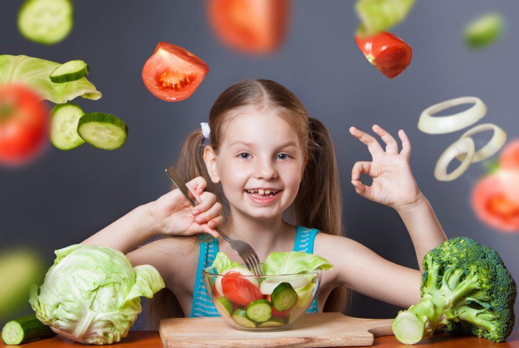 девочка есть овощи