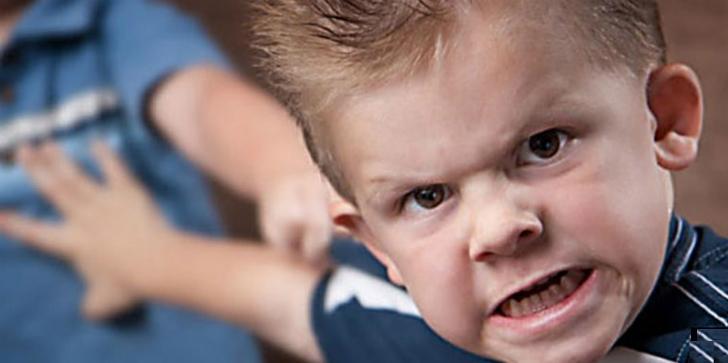 мальчик злиться