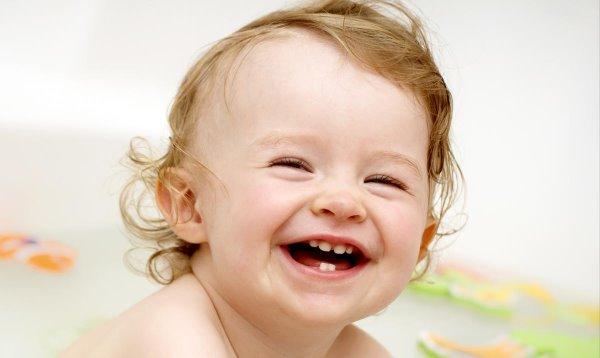 малыш смеется во весь рот