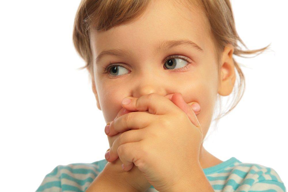 девочка закрыла рот руками