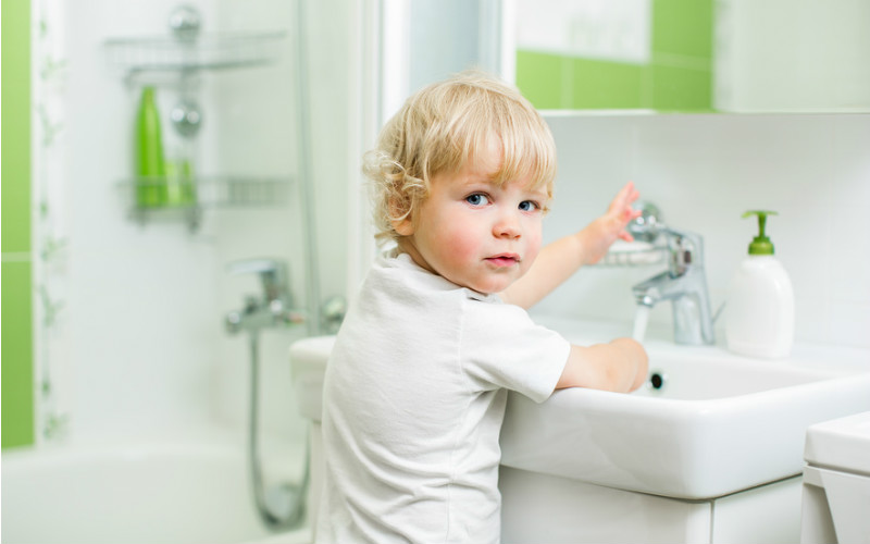 малыш моет руки под краном