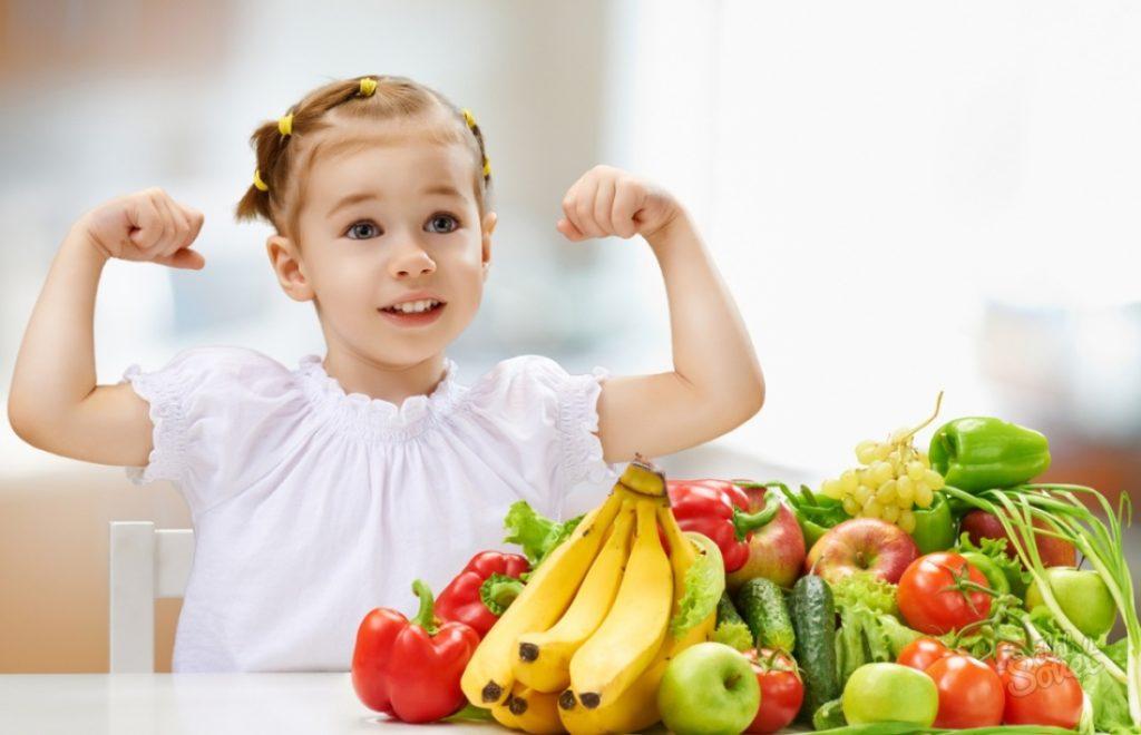девочка возле фруктов