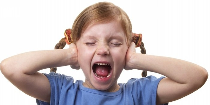 девочка заткнула уши и кричит