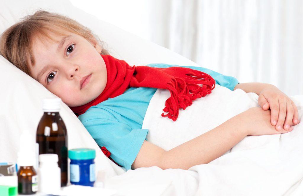ребенок лежит в постели, болеет