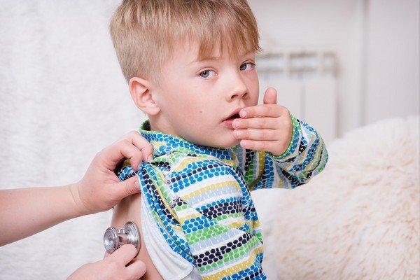 врач слушает сухой кашель у ребенка