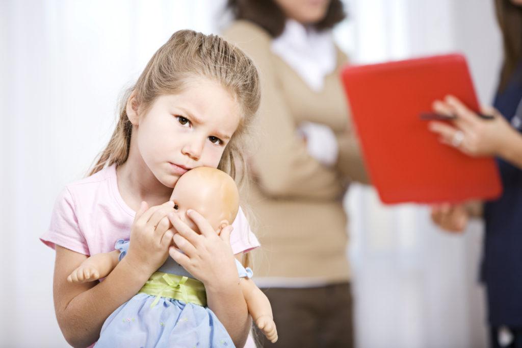 грустная девочка с куклой