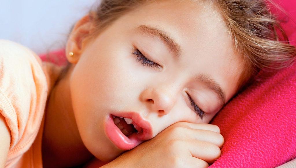 девочка спит с открытым ртом