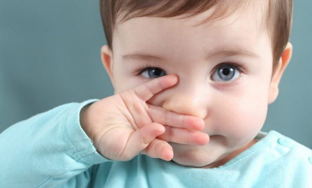 ребенок закрыл нос ладошкой