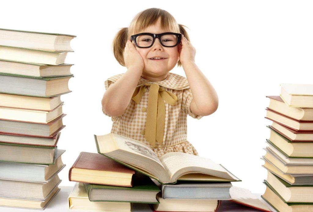 девочка в очках среди книг