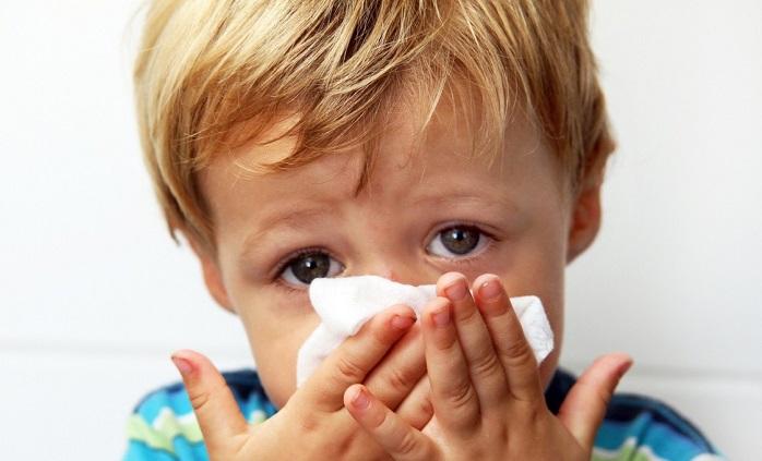 мальчик вытирает нос платком