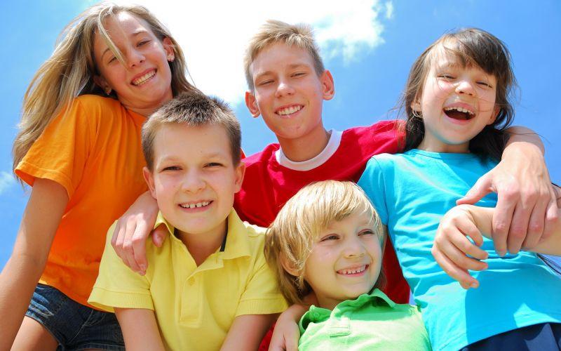 группа детей, все улыбаются