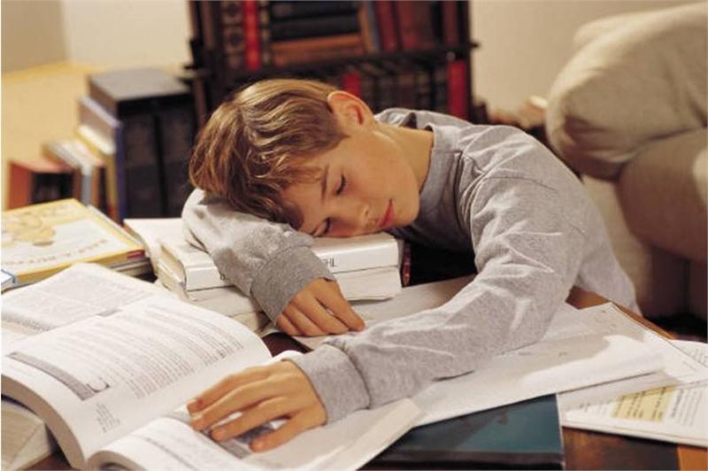 ребенок спит на книгах