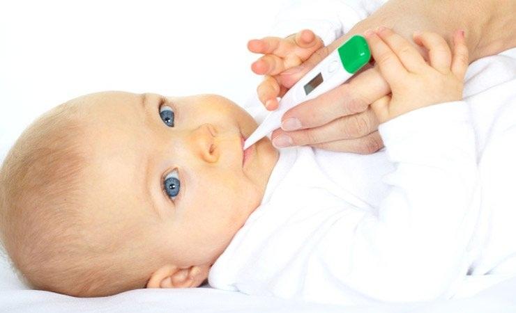 малышу меряют температуру электронным градусником